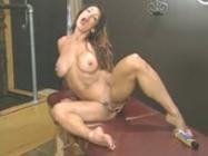 Bodybuilder masturbates her cunt